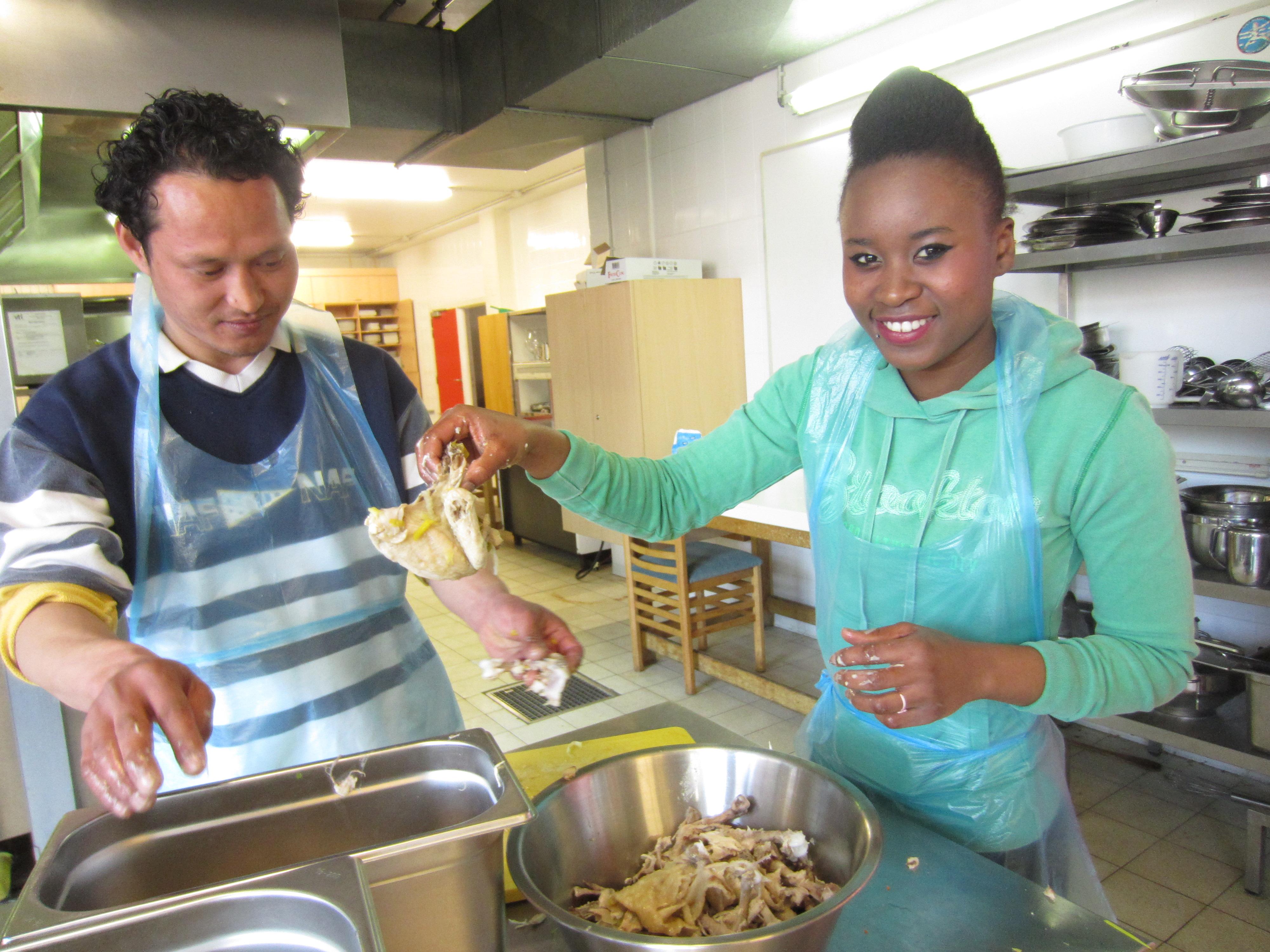 twee cursisten in de keuken
