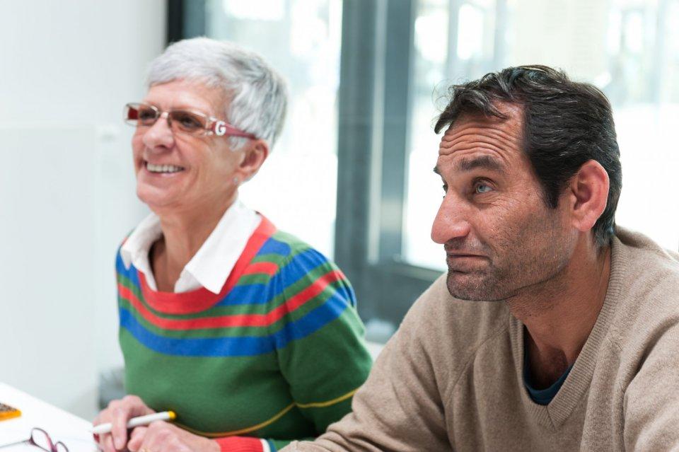 Twee cursisten luisteren naar de lesgever