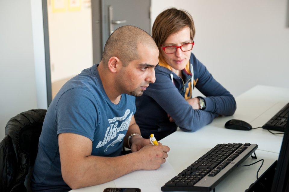 Cursist en lesgever aan de computer